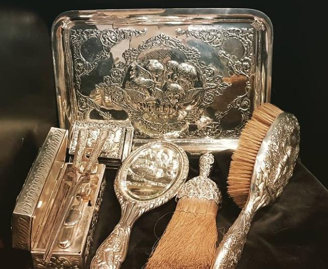 Conjunt de respalls, pintes i miralls del segle XVIII del Museu Raffel Pagès