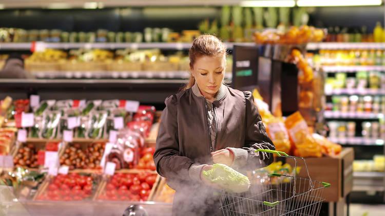 Dona comprant en un supermercat