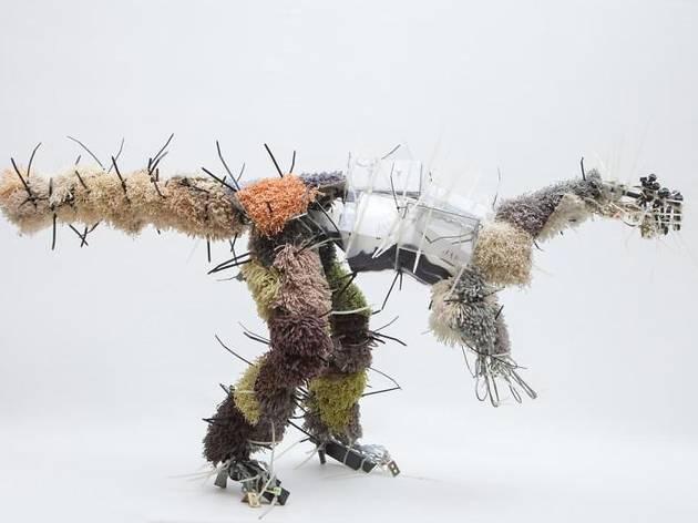 ユリア・クラウゼ=ハーダー《Juravenator》 2013年 ミクストメディア 51×40×104cm Foto: Atelier Goldstein