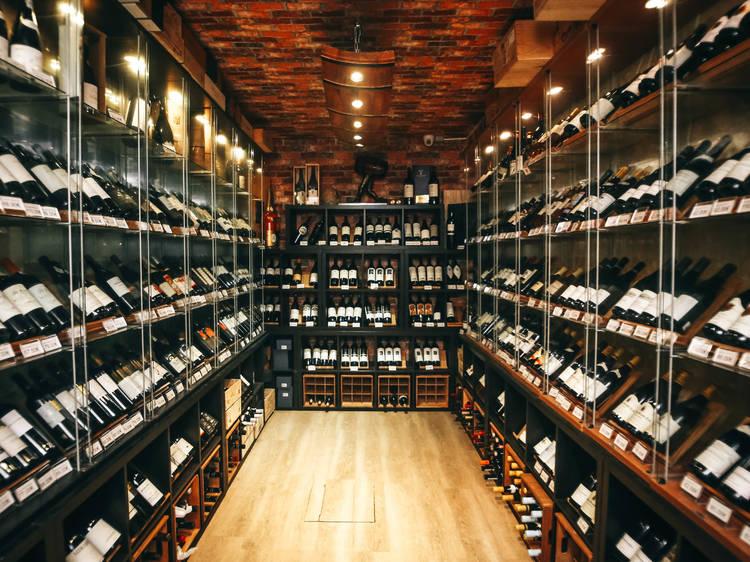 Cinco garrafeiras em Lisboa para encher o copo