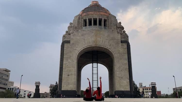 Bailarinas enfrente del Monumento a la Revolución como parte de la programación del INBAL digital