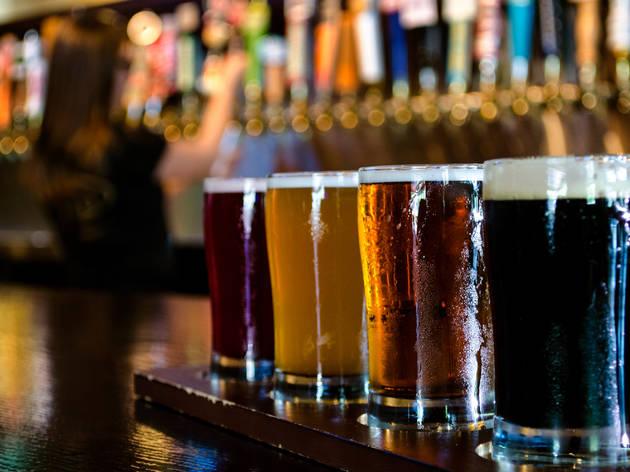 Fila de vasos cerveceros con cerveza de distintos estilos