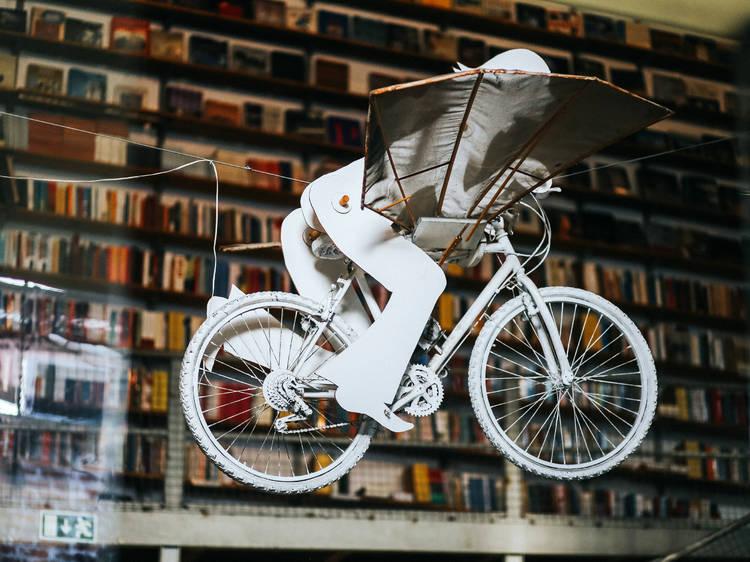4. Há uma bicicleta a voar na Ler Devagar
