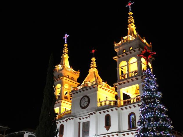 Iglesia blanca iluminada