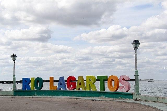 Toma abierta de letras gigantes que dicen Río Lagartos