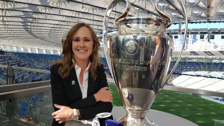 Retrato de periodista mujer con la copa de la Champions League