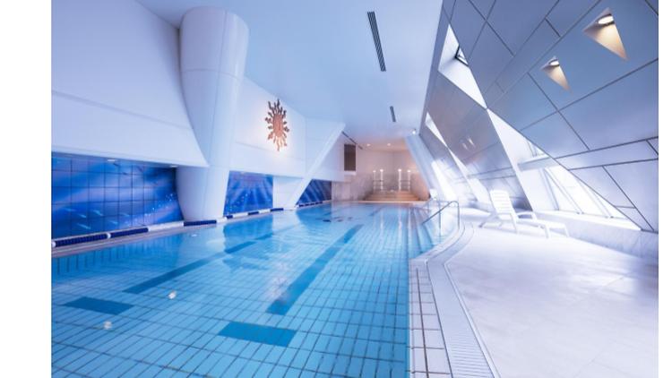 望む全長 20メートルの開放的なスカイプール(Photo: Yokohama Royal Park Hotel)