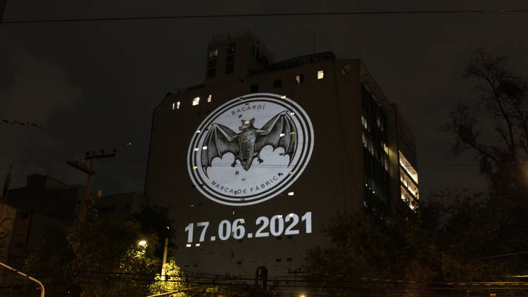 bacacho señal sobre un edificio en la Condesa