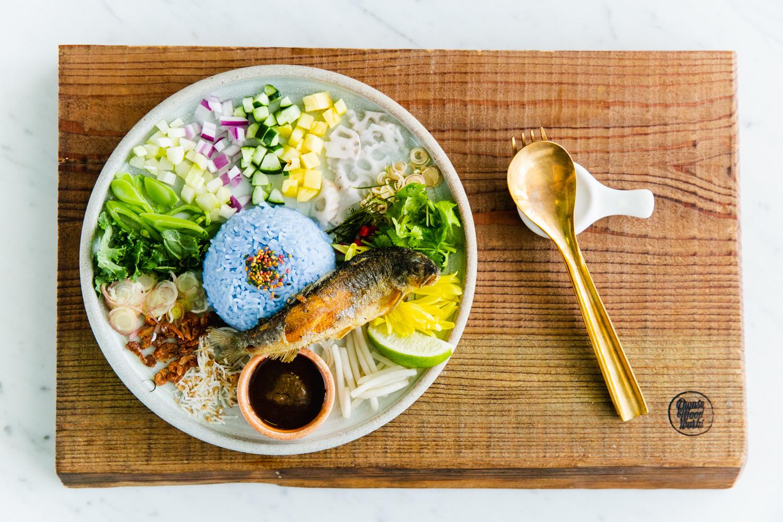 各メディアが取り上げた青い『カオヤム』は名物料理(Photo: Keisuke Tanigawa)