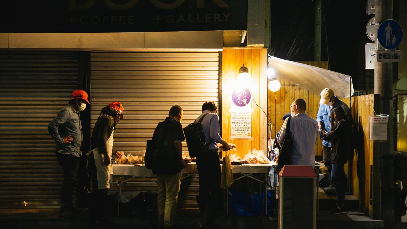 夜にだけ開店、食品ロスや失業者支援に挑戦するベーカリーとは