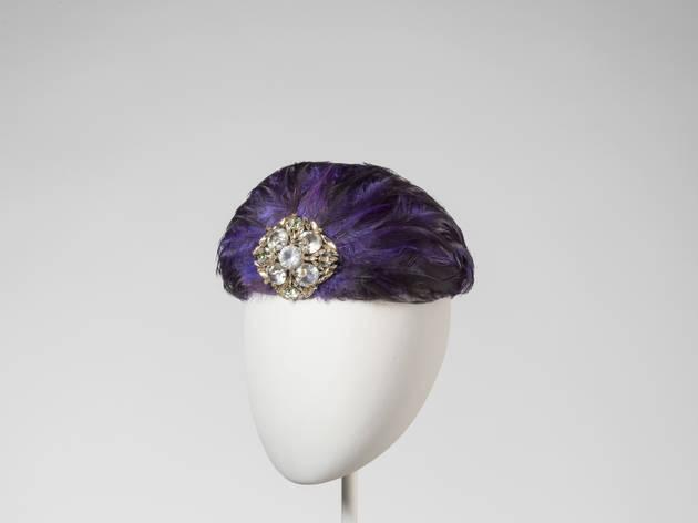 Toque violette et bijou doré. Casquet, agost de 1959