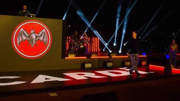 Escenario con logo de bacardi y cantante guaynaa al fondo