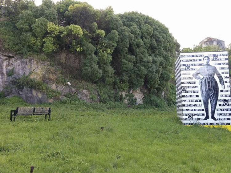 O banco junto ao viaduto Duarte Pacheco está e não está virado para nada