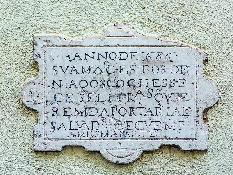 O sinal de trânsito mais antigo de Lisboa está em Alfama