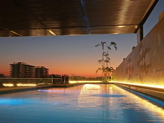 Roof pool del hotel Holliday Inn Puerto Vallarta en atardecer