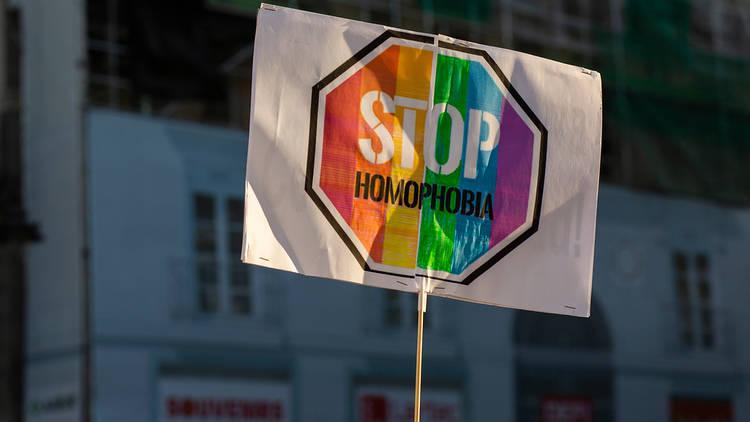 Pancarta a la manifestació de rebutja a l'assissant de Samuel Luiz, Stop homofobia