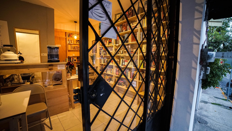 Puerta de una librería con vidrio y rejas