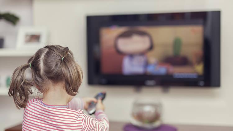 Nena mirant la televisió
