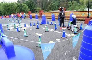 Mini pista de ciclismo para niños con conos azules