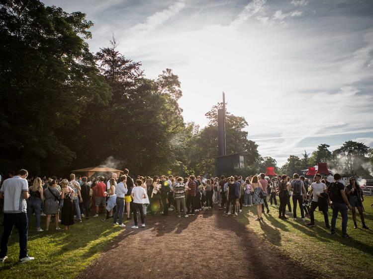 Tout l'été, l'hippodrome de Vincennes devient un énorme espace pour faire la fête