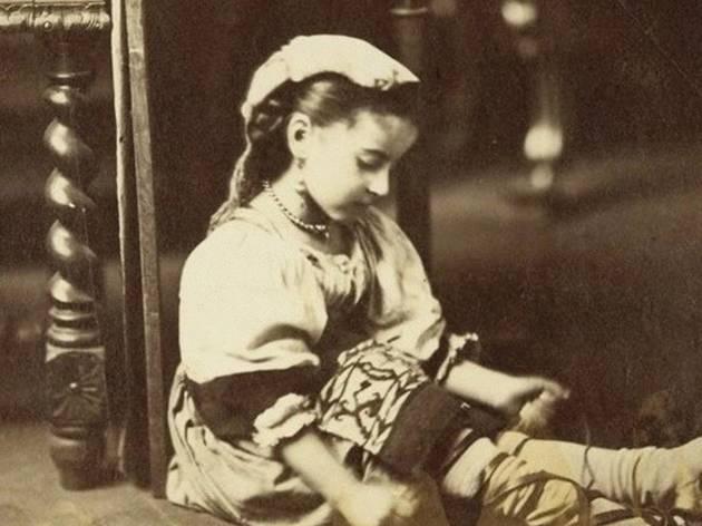 © Musée d'Orsay, dist. RMN-Grand Palais Edmond Lebel avec l'aide de Désiré Lebel, 'Petite fille vêtue à l'italienne, laçant sa chaussure', vers 1865
