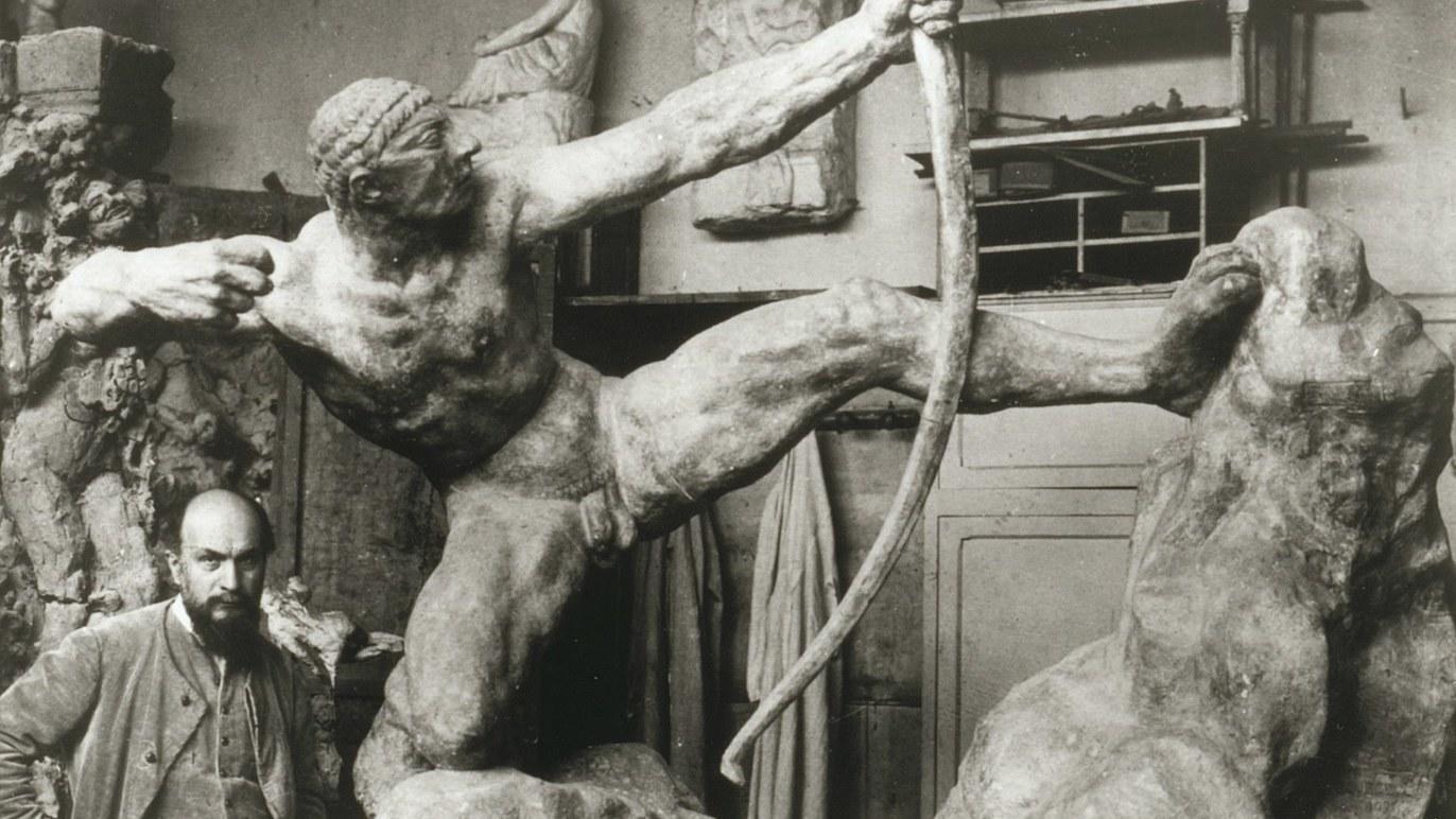 Antoine Bourdelle devant 'Héraklès archer' / © Stéphane Piera / Musée Bourdelle / Roger-Viollet