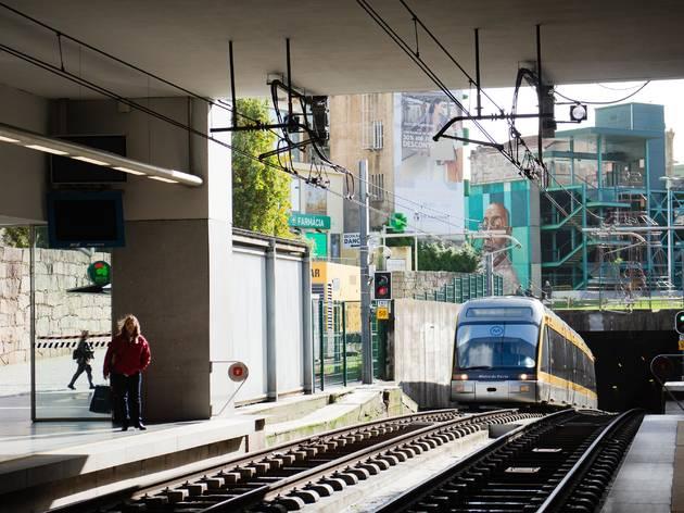 Já pode usar o cartão bancário contactless para viajar nos transportes do Porto