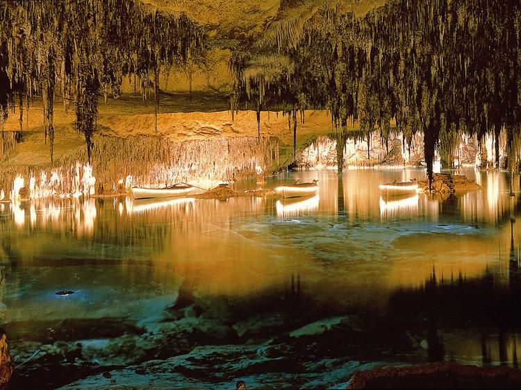 Navegar por las Cuevas del Drach