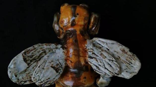Escultura de abeja en cerámica en CAM Galería