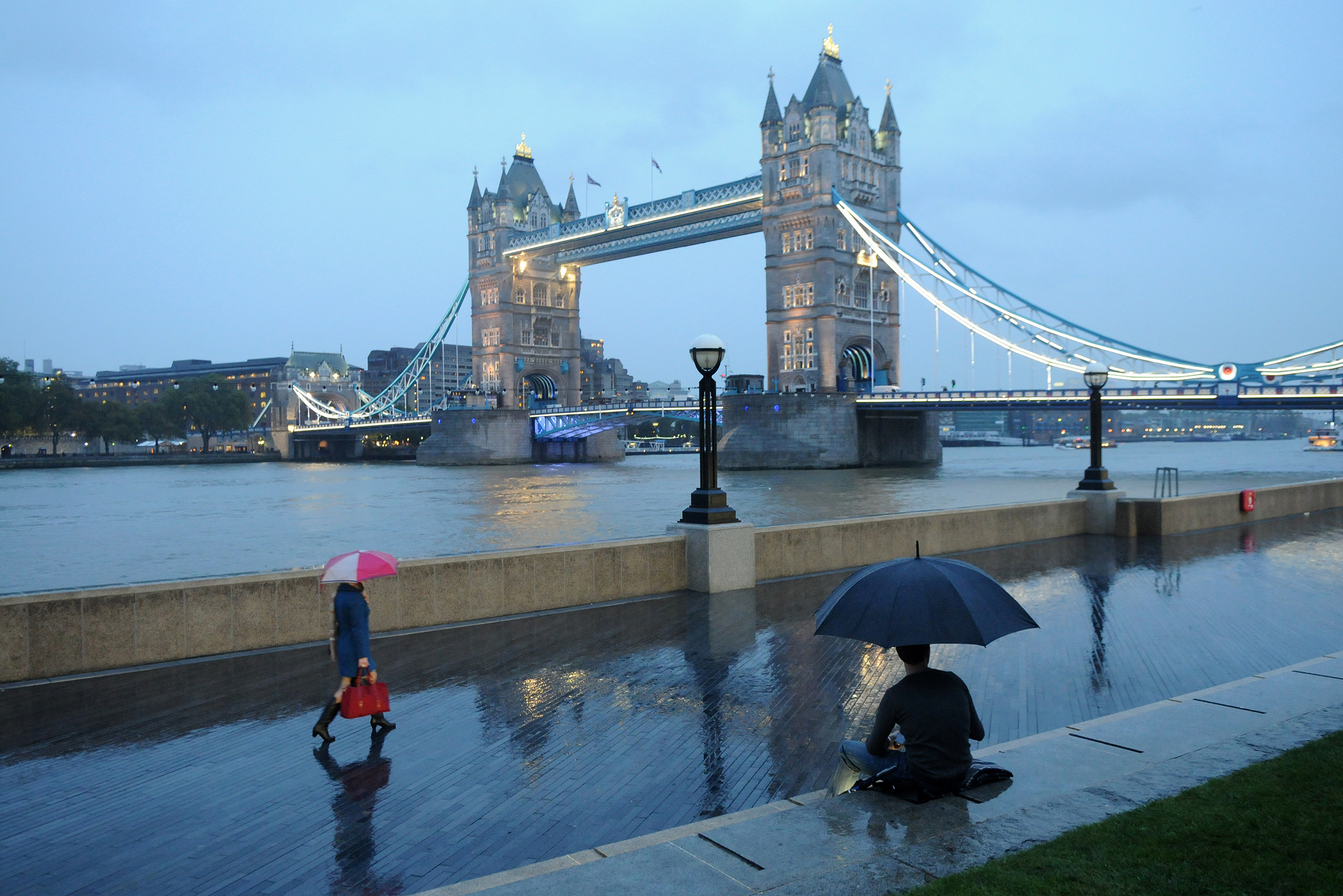 Glass barriers on the Thames are going to shield London from future floods
