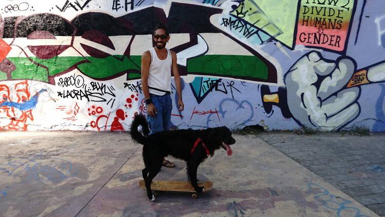 En Compa, el gos skater i el seu amo