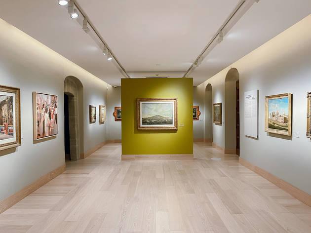 Interior de museo con pinturas en las paredes
