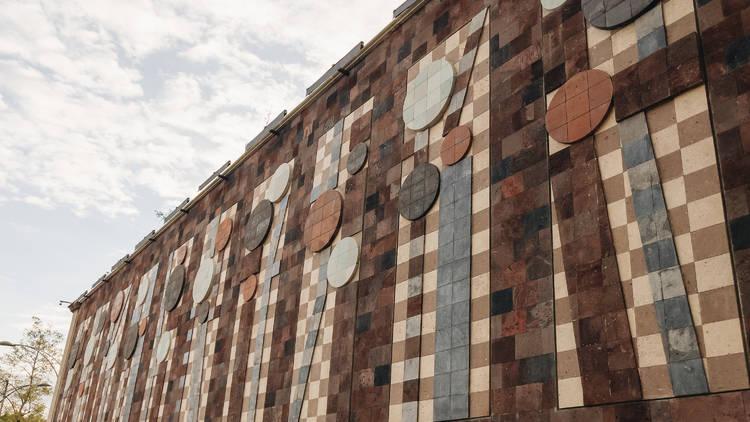 Foto exterior de mural con figuras geométricas y relieves