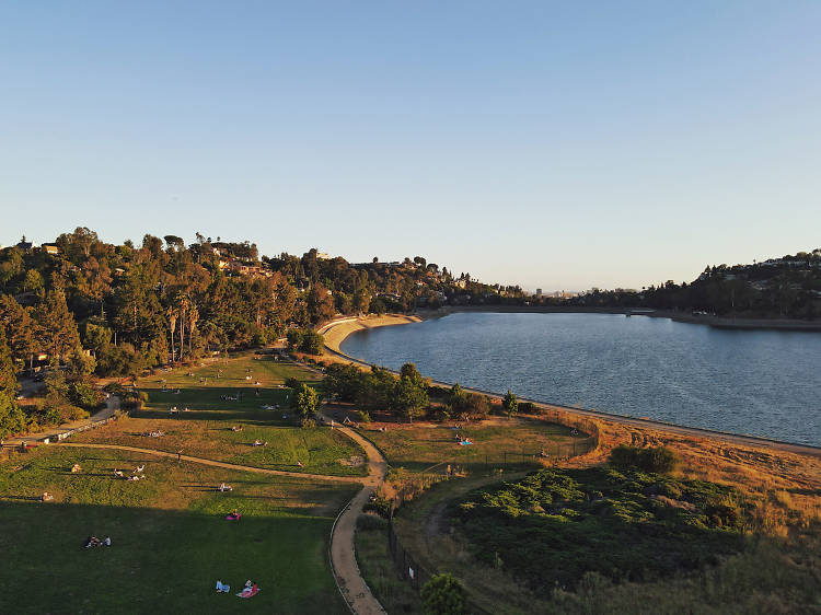 Run or relax by the Silver Lake Reservoir