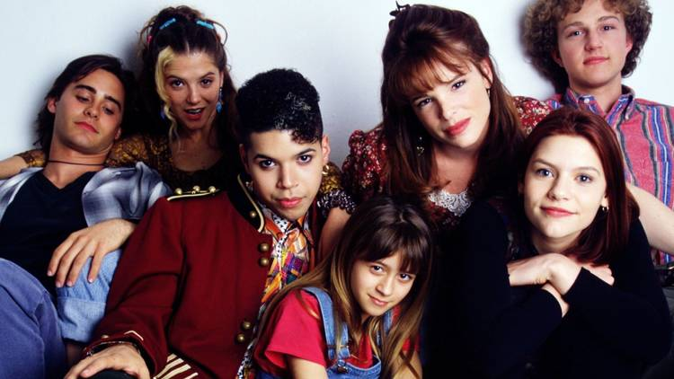 The cast of 90s show My So Called Life huddled together
