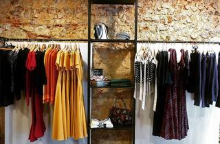 Loja de roupa em segunda mão no Bairro Alto