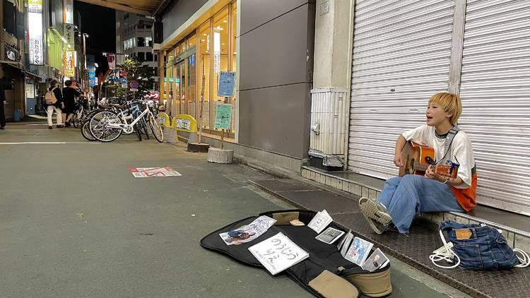 高円寺駅前路上