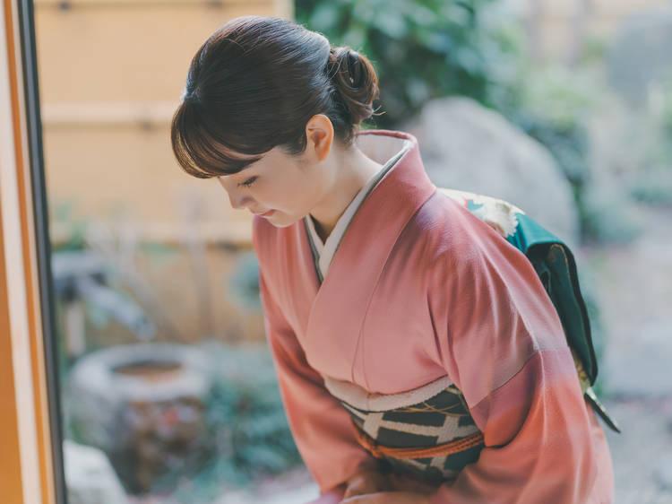 日本のお辞儀は花が閉じたり開いたりしているよう