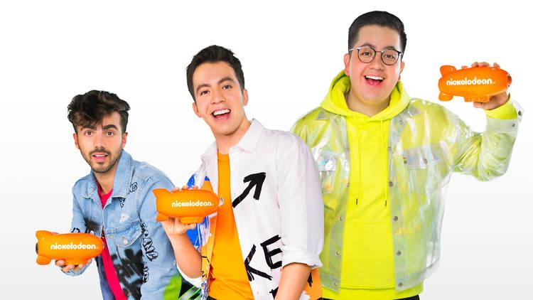 Bryan SKabeche, Eddy SKabeche  y Fede Vigevani con una estatuilla de los premios Nickelodeon