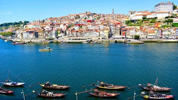 Barcos rabelo no rio Douro, entre Gaia e o Porto
