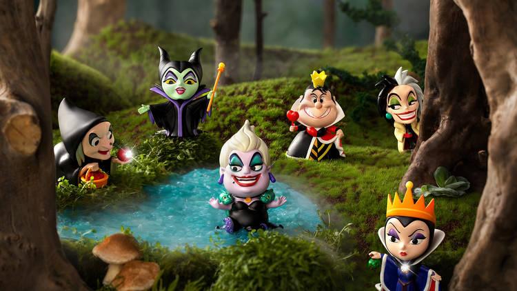 Figuras de las villanas de Disney de las Blind Box de Miniso en el escenario de un bosque