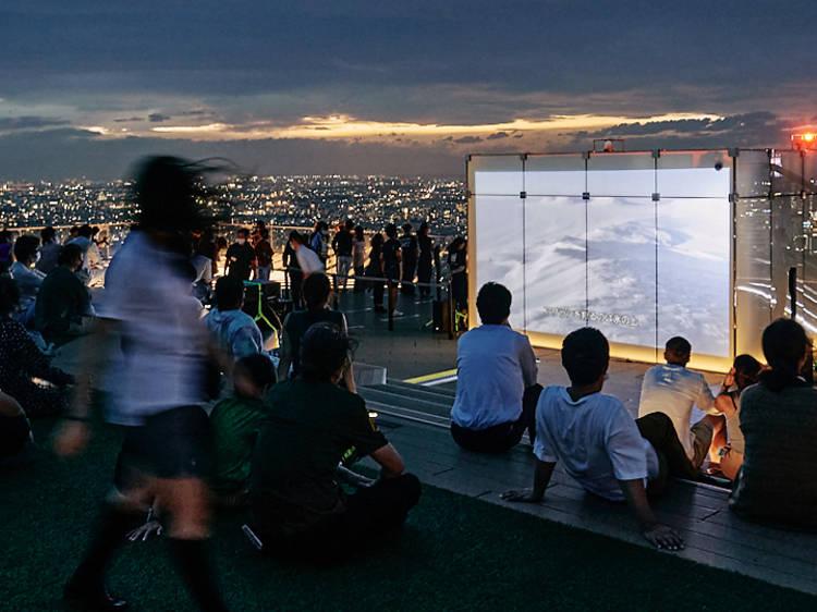 鑑賞は無料、渋谷スカイ屋上で野外映画イベントが開催