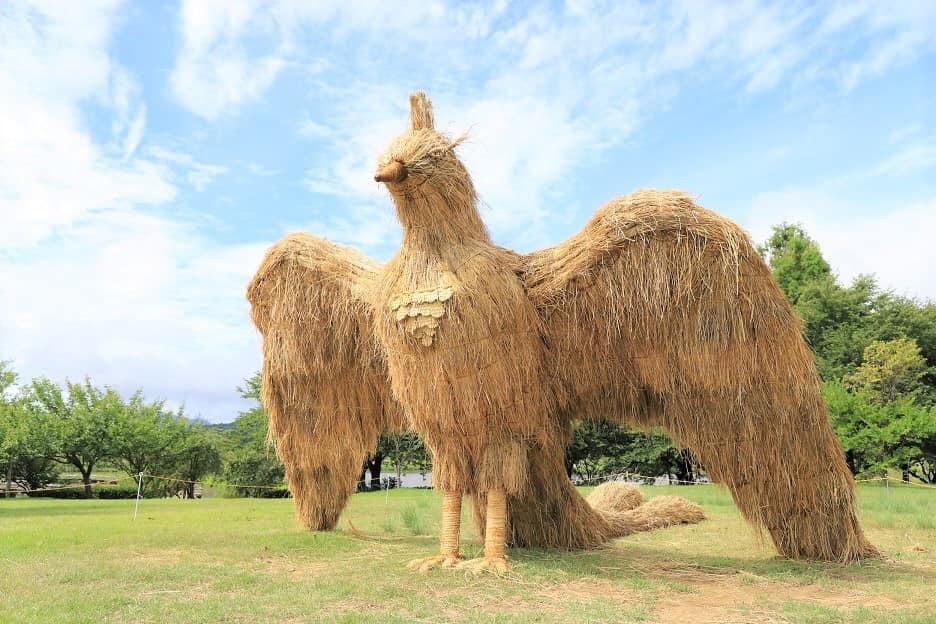 稲わらの巨大動物が新潟に集結