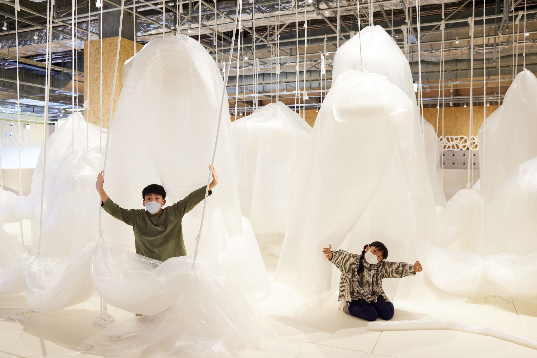 遊び方は自由自在、プチプチでできた巨大遊具が立川に登場