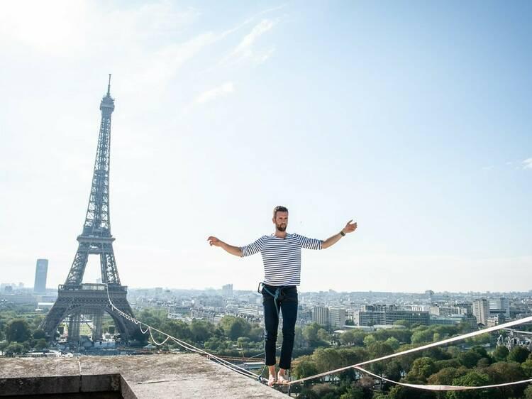 Un funambule relie la tour Eiffel et le théâtre de Chaillot suspendu à 70 mètres du sol