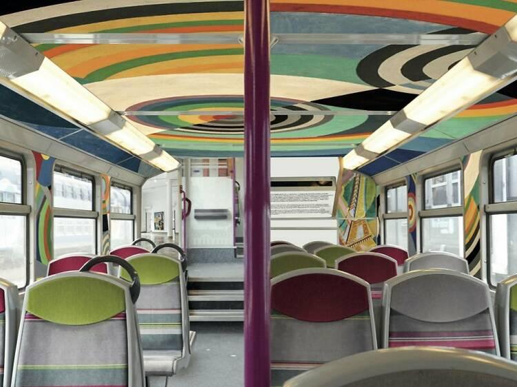 Une rame du RER C décorée par des chefs-d'œuvres des musées parisiens