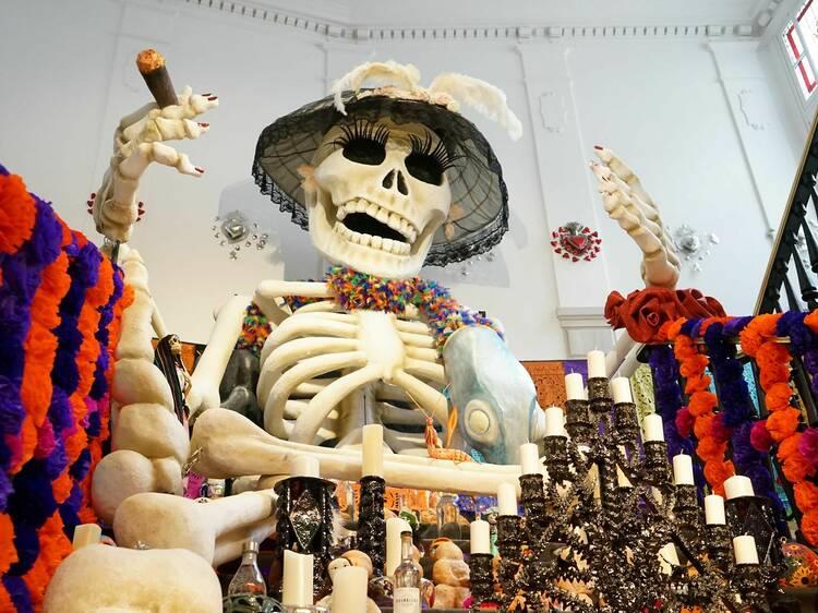 Visitar el altar de muertos de la Casa de México...