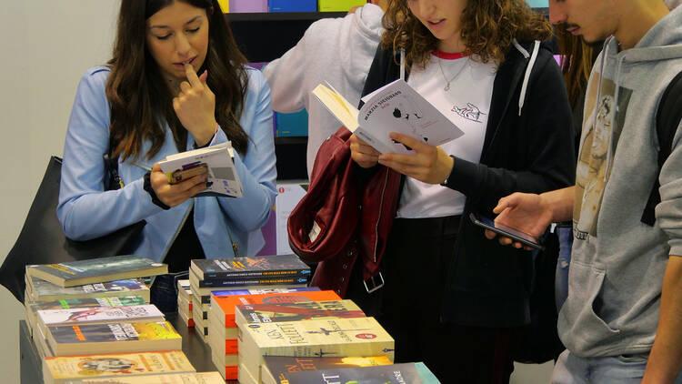 Jóvenes mirando libros