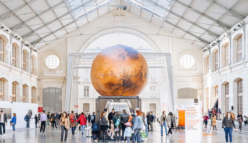 Une immense planète Mars de 7 mètres de diamètre installée au 104 !