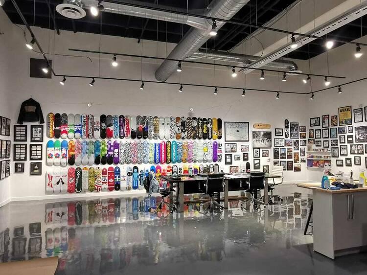 Un musée pop-up gratuit dédié au skateboarding, au hip-hop et au punk rock a été ouvert à Montréal